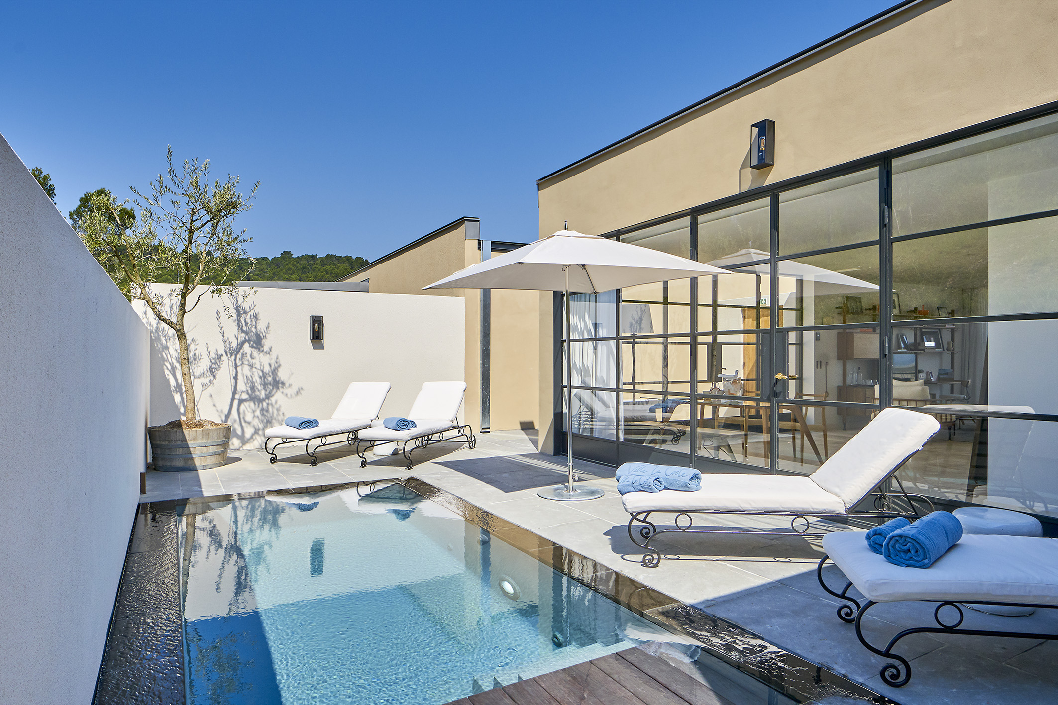 2 bedroom pool villa suite suites de luxe en provence for Suite avec piscine